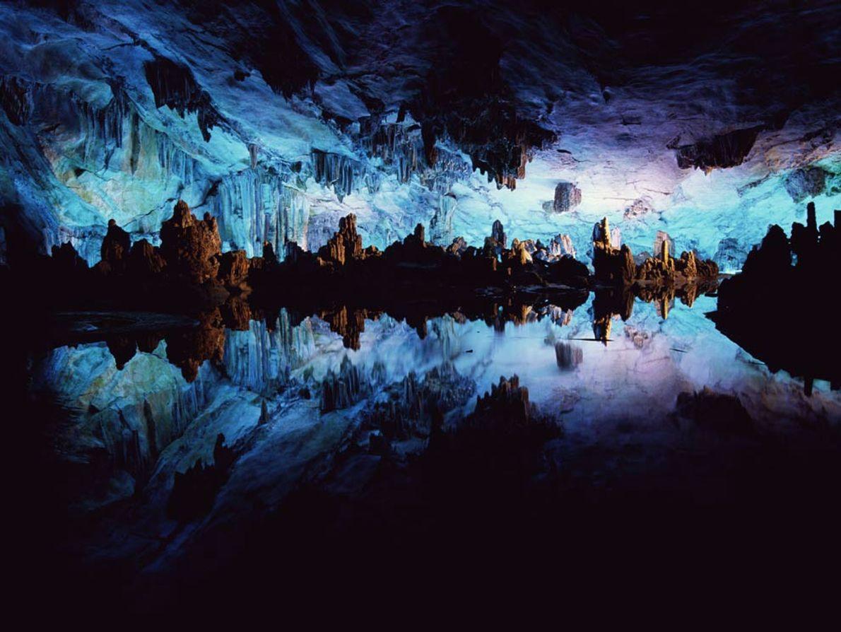 Die chinesische Reed Flute Cave ist in blau-violettes Licht getaucht. Sie entstand vor mehr als einer ...