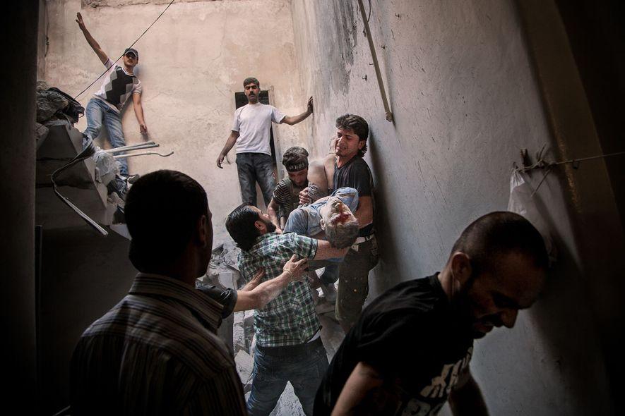 Männer tragen den 15-jährigen Hatem Qureya, nachdem er infolge eines Luftangriffs unter Schutt begraben wurde. Der ...
