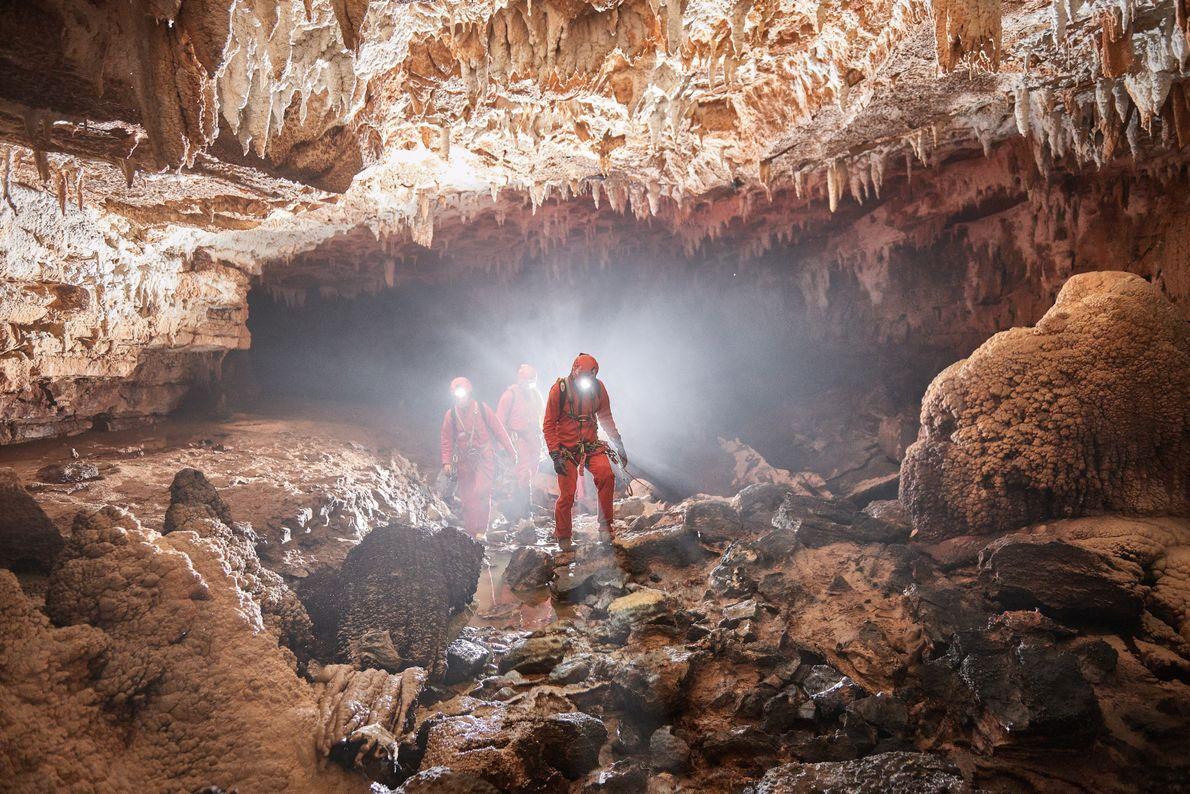 Reise zum Mittelpunkt der Erde. Wer wirklich in die Tiefen Sloweniens abtauchen will, wird von ausgebildeten ...