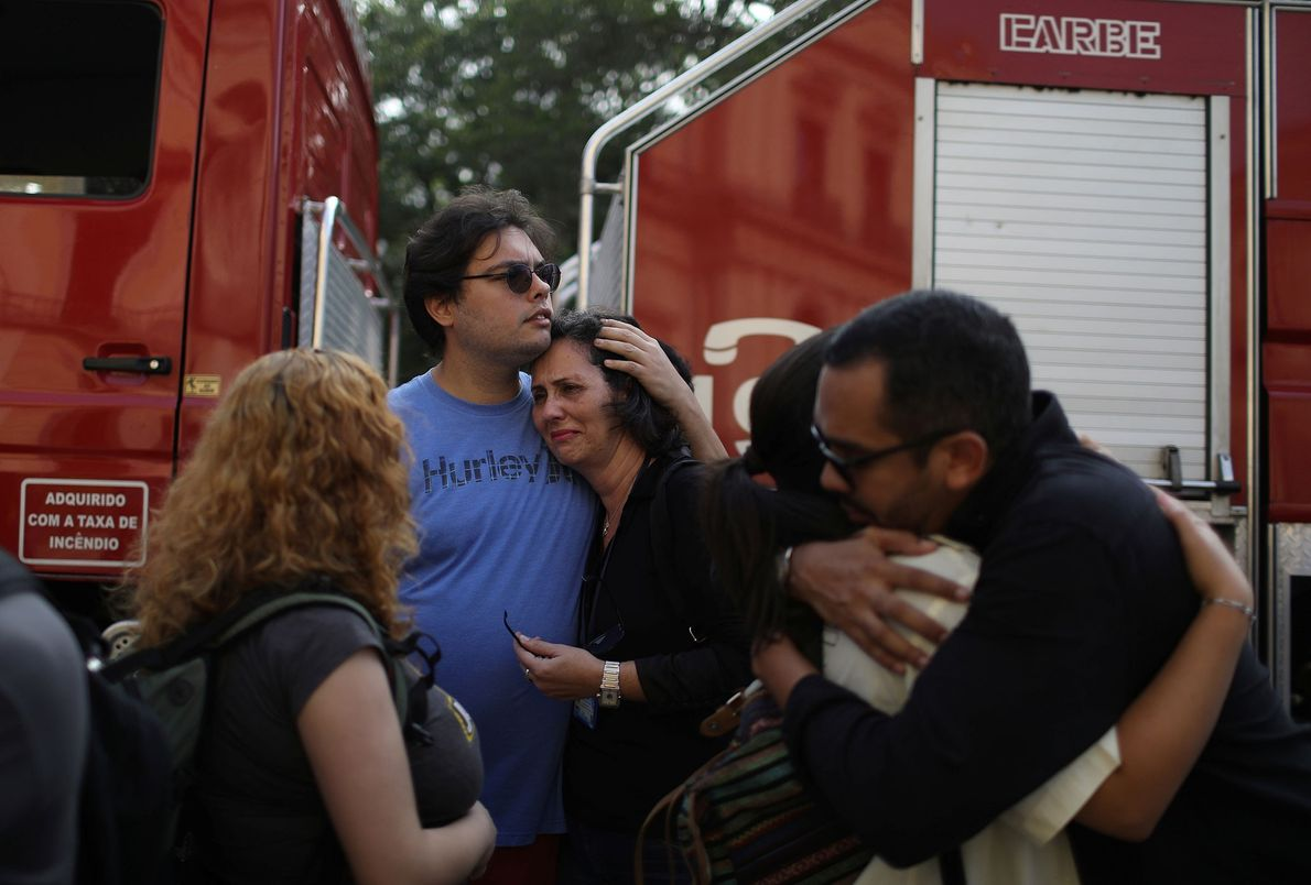 3. September: Vor dem Nationalmuseum trauern Mitarbeiter und trösten sich gegenseitig.