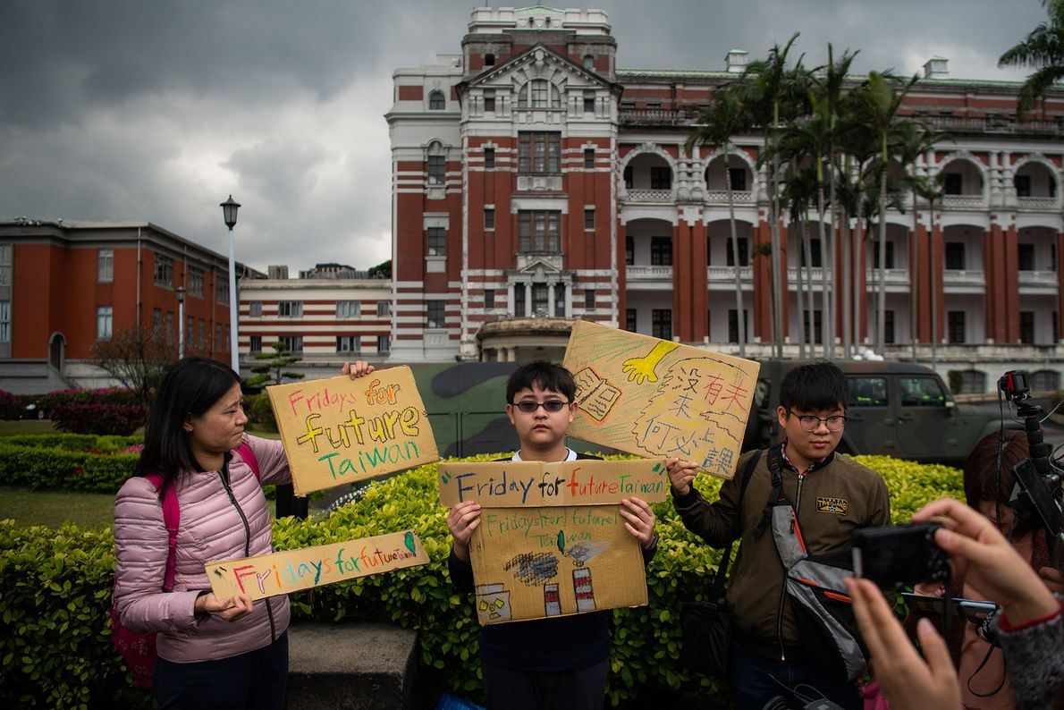 Der 12-jährige Yang Tzy-Ching nimmt an einem Protest vor dem Präsidentenpalast im taiwanischen Taipeh teil.