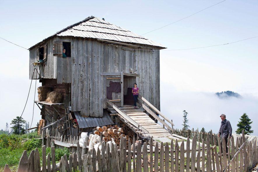 Eine georgische Familie in Adscharien lebt während des Sommers in diesem Haus, was eine gängige Praxis ...