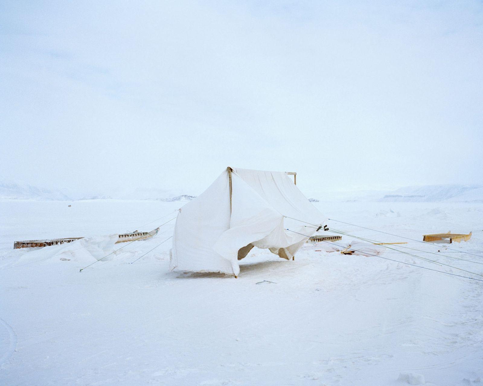 Vor dem Campingausflug trocknet ein selbstgemachtes Zelt auf dem Meereis in Nunavut.