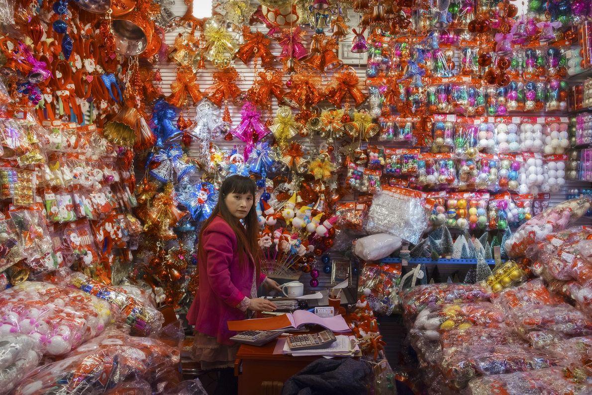 Ladenbesitzerin im Weihnachtskugelstand
