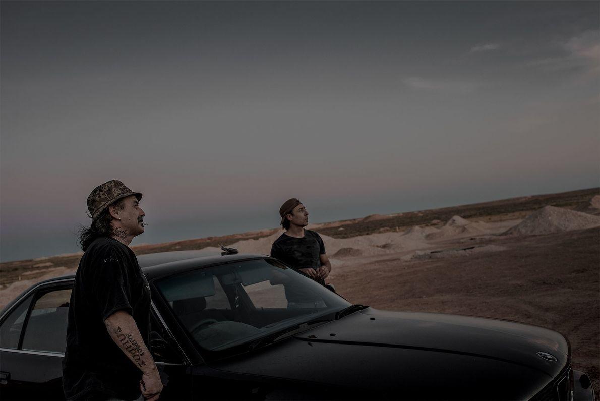 Die griechischen Bergleute Costa und Peter erkunden ein Opalfeld. Die extrem hohen Tagestemperaturen zwingen sie dazu, ...