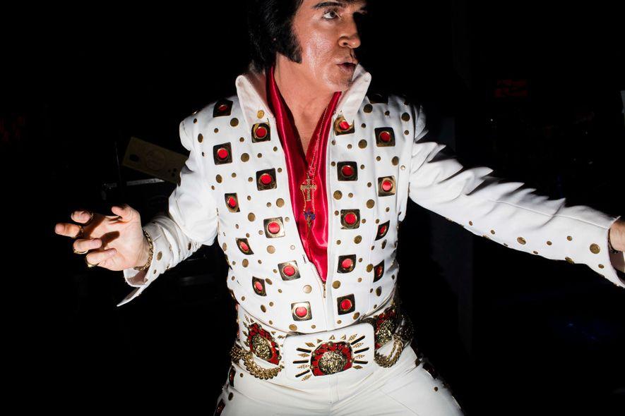 Der Elvis Tribute Artist Doug Church bereitet sich auf seinen Auftritt im Daisy Theater in Memphis, …