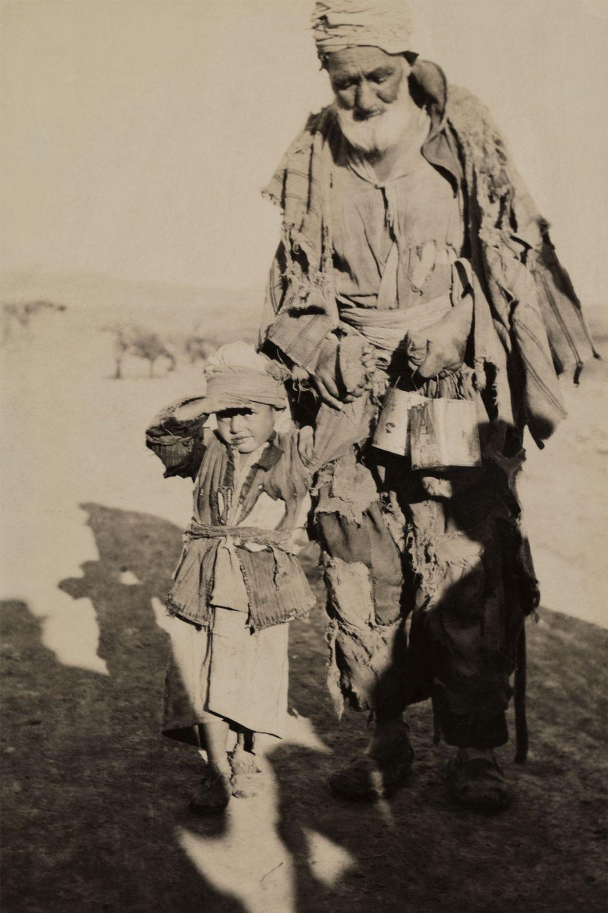 In der Türkei geht ein Großvater mit seinem Enkel spazieren. 1922.