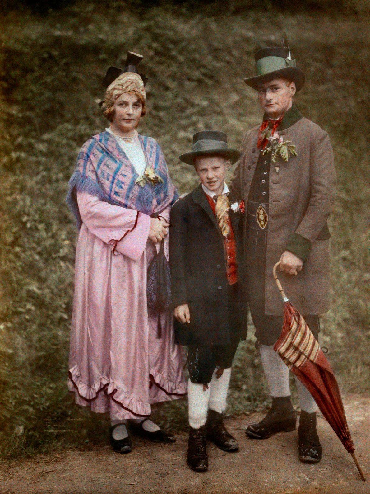 Eine österreichische Familie im frühen 20. Jahrhundert trägt Kleidung im Stile der Ära des Erzherzogs Johann ...