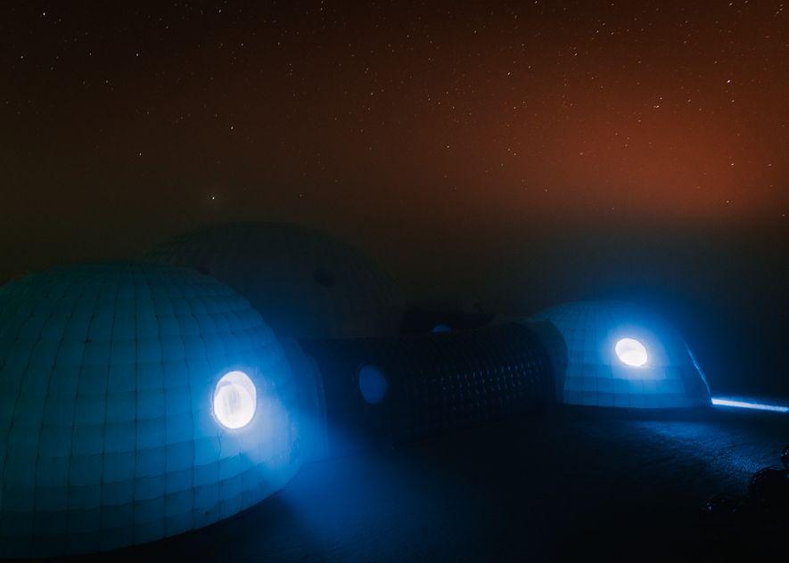 Nachts fielen die Temperaturen rund um Kepler Station unter den Kondensationspunkt, sodass die Basis in einen ...