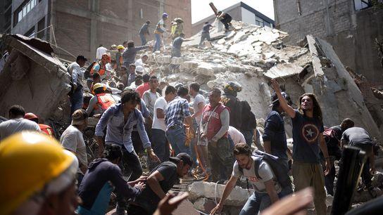 Menschen entfernen Trümmer von einem eingestürzten Gebäude und suchen nach möglichen Überlebenden, nachdem Mexiko-Stadt von einem ...