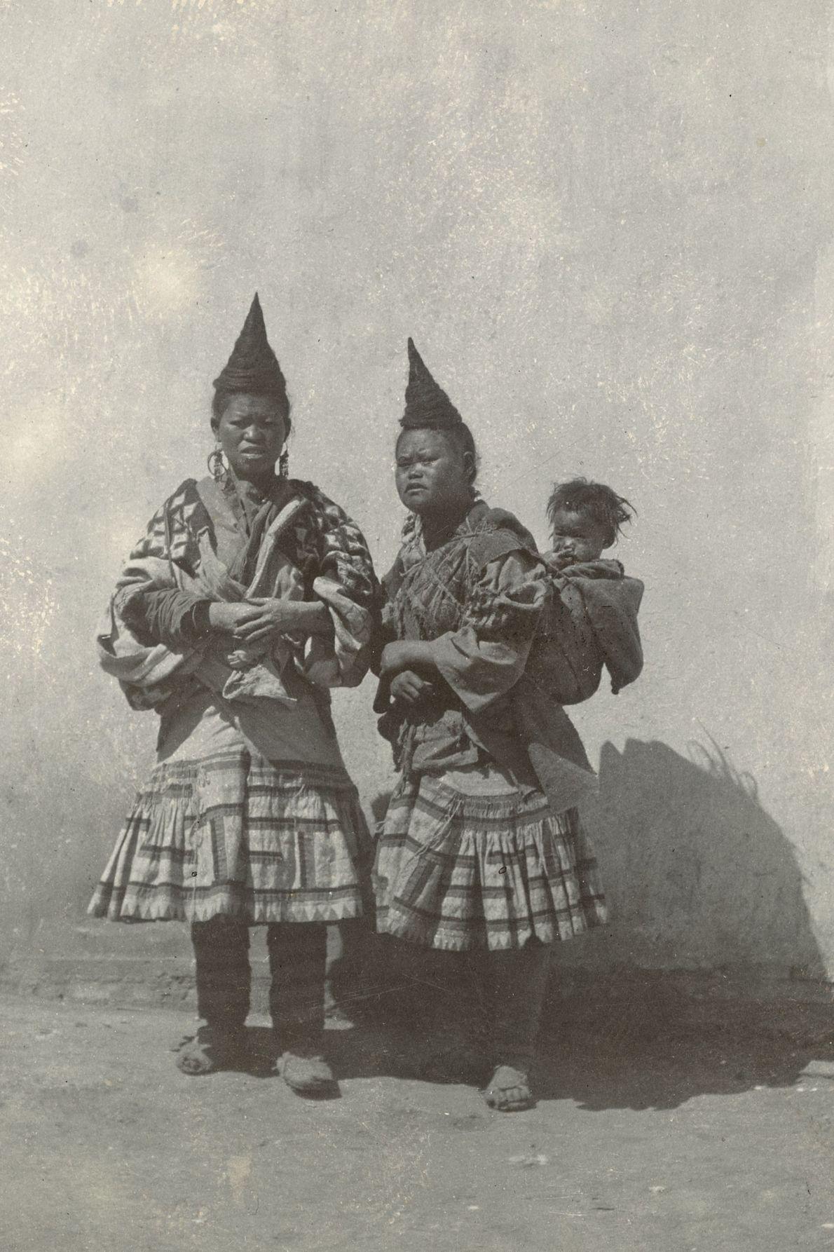 In der chinesischen Provinz Yunnan zeigten solche eigenwilligen Frisuren bei Frauen früher an, dass sie bereits ...