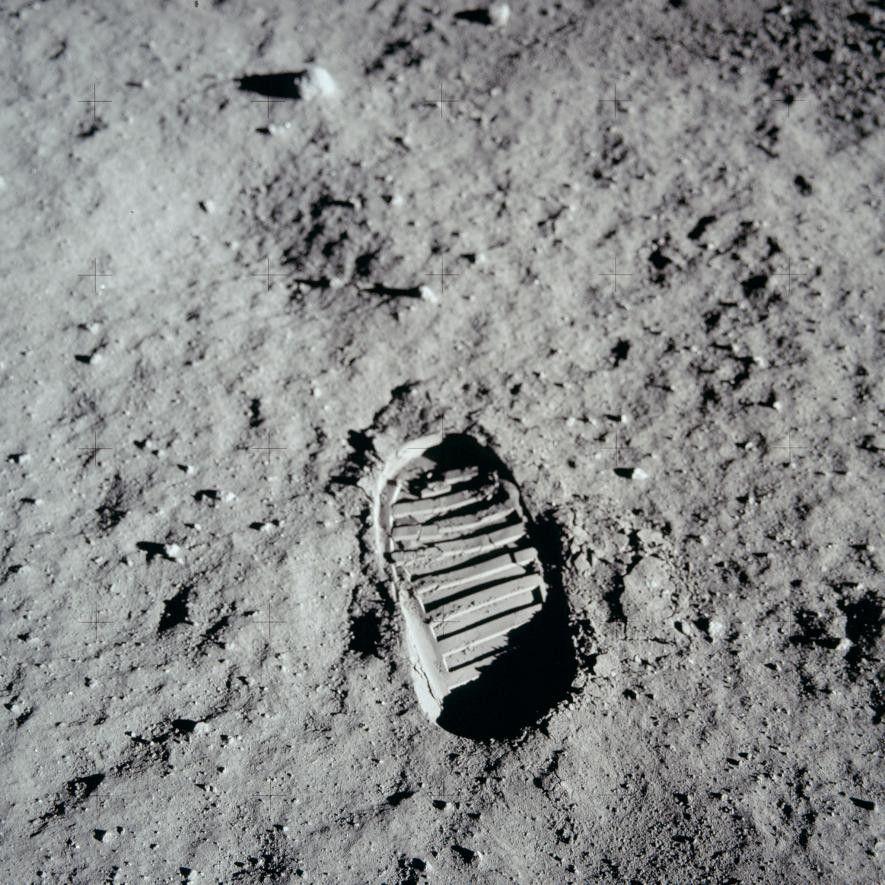 Fußspur auf der Mondoberfläche