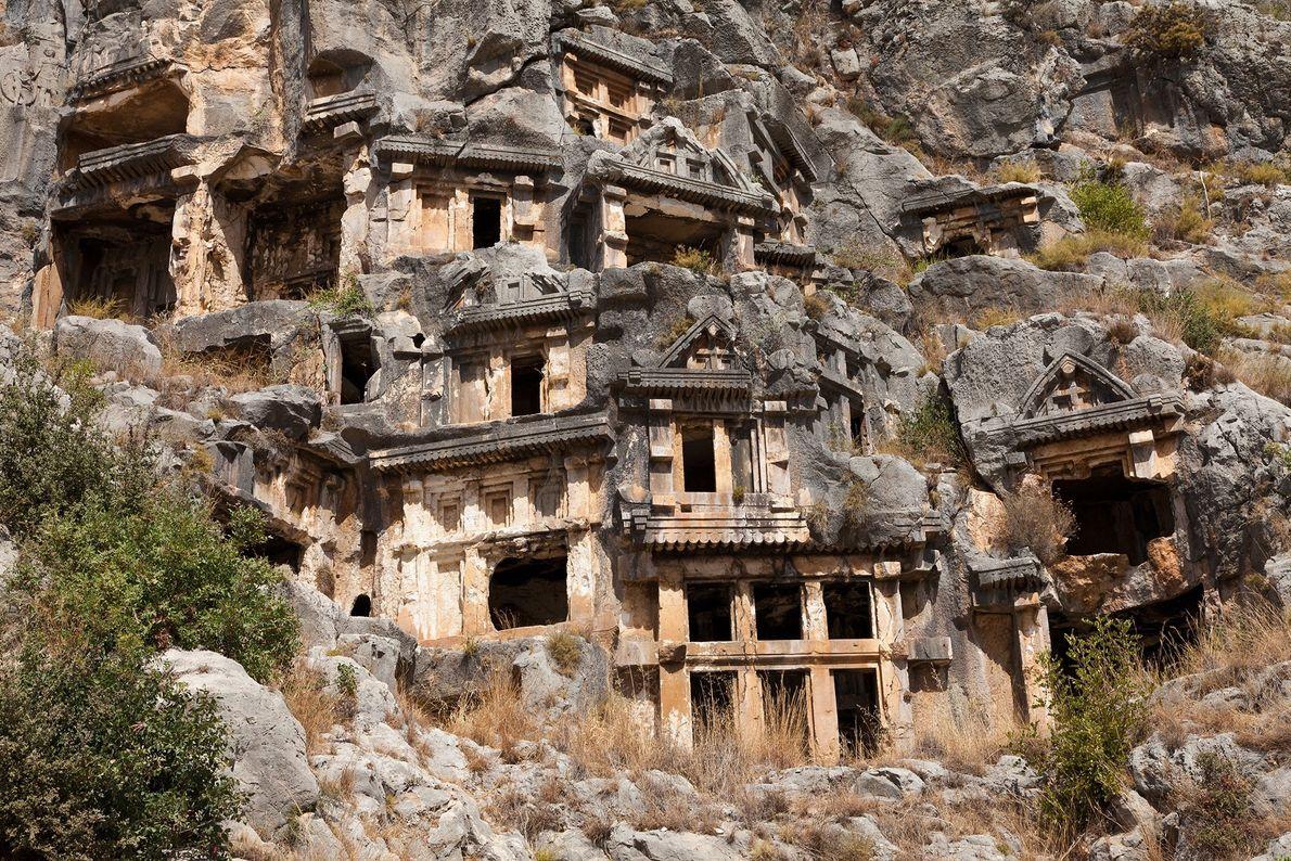 Die Felsengräber in der Nekropole von Myra sollten als kunstvolle Heimstätte im Nachleben dienen. Sie wurden ...