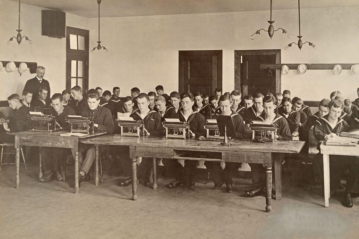 US-amerikanische Matrosen lernen im Ersten Weltkrieg mehr über die Seemannskunst und die anfallende Schreibarbeit.