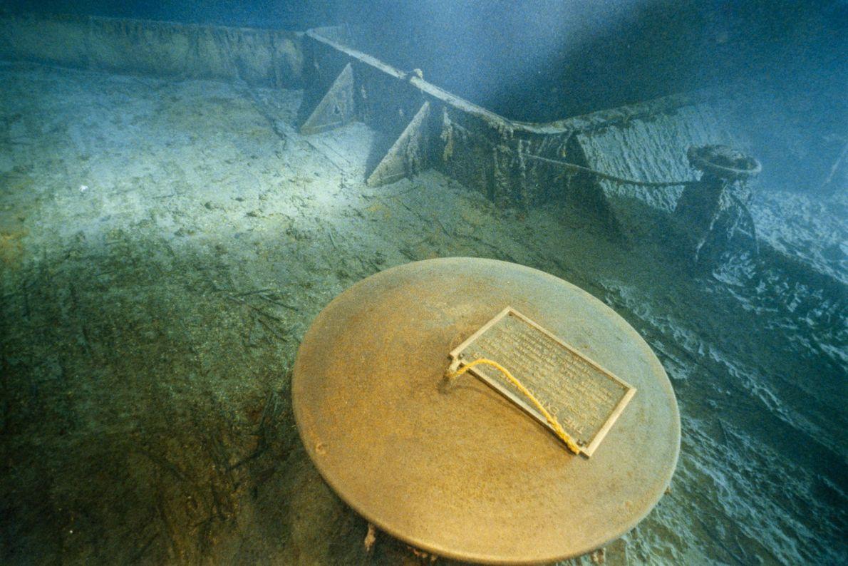 1986 hinterließen Bob Ballard und der Explorers Club eine Gedenktafel auf einem Deck der gesunkenen Titanic.