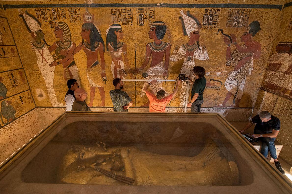 Neben dem Sarg das Pharaos Tutanchamun führen Ingenieure Radarscans an der Nordwand des Grabs durch.