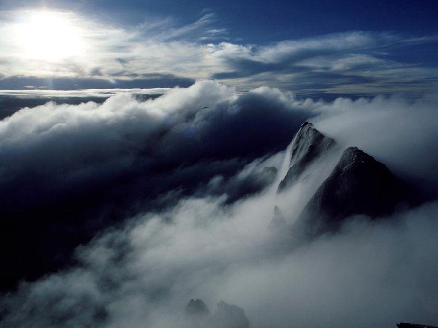 KINABALU, MALAYSIA  Nebel verhüllt den Gipfel des Kinabalu im Nordwesten von Malaysia. Der 4.101 Meter ...