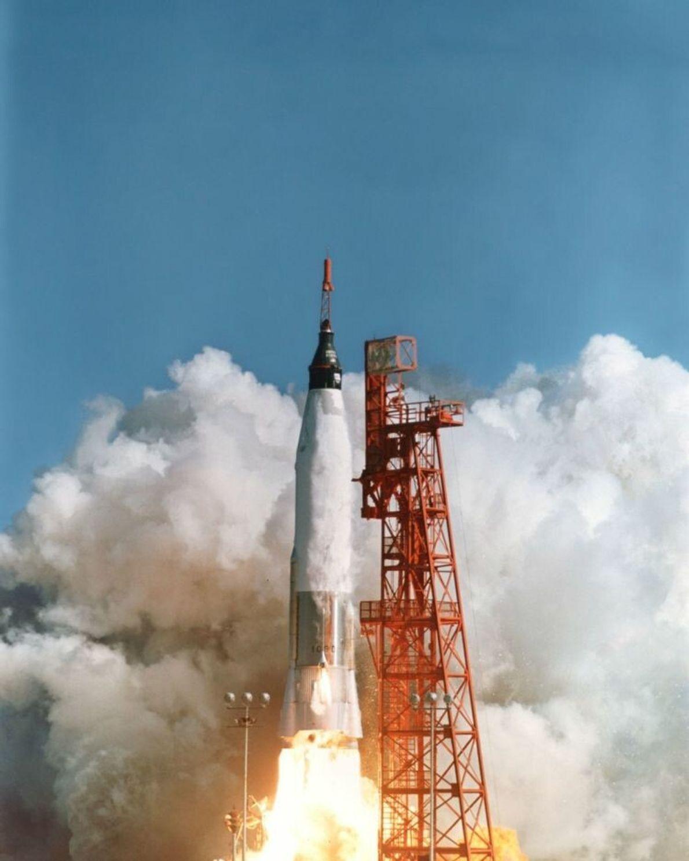 John Glenn startet mit der Mercury-Atlas 6. Seine Mission dauerte 4 Stunden und 55 Minuten.