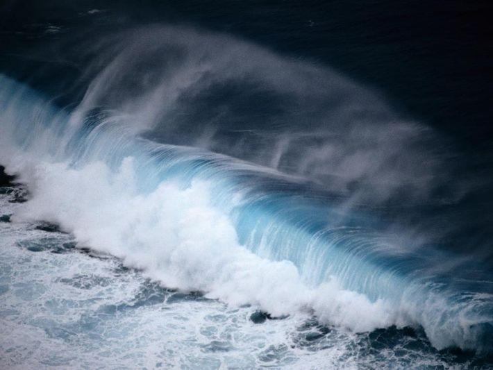 Gischt wird in die Luft geschleudert, wenn eine große Welle vor der Küste von Palau anbrandet. ...