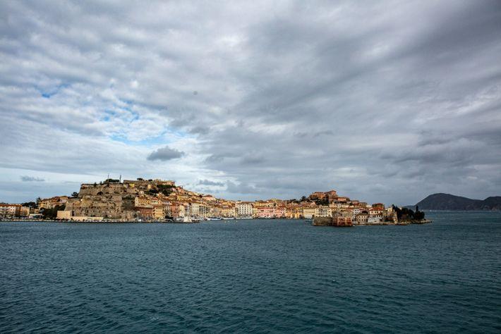 Luftaufnahme von Portoferraio, dem Haupthafen auf der Insel Elba, vom Meer aus gesehen.