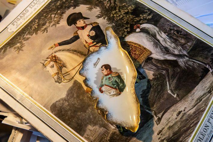 Ein Aschenbecher mit Napoleon Bonaparte steht im Büro von Federico Galantini, einem Historiker im italienischen Sarzana, ...