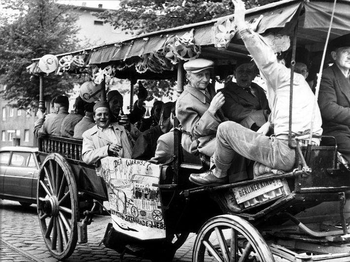 Vatertagsausflügler im Kremser Mai 1958.