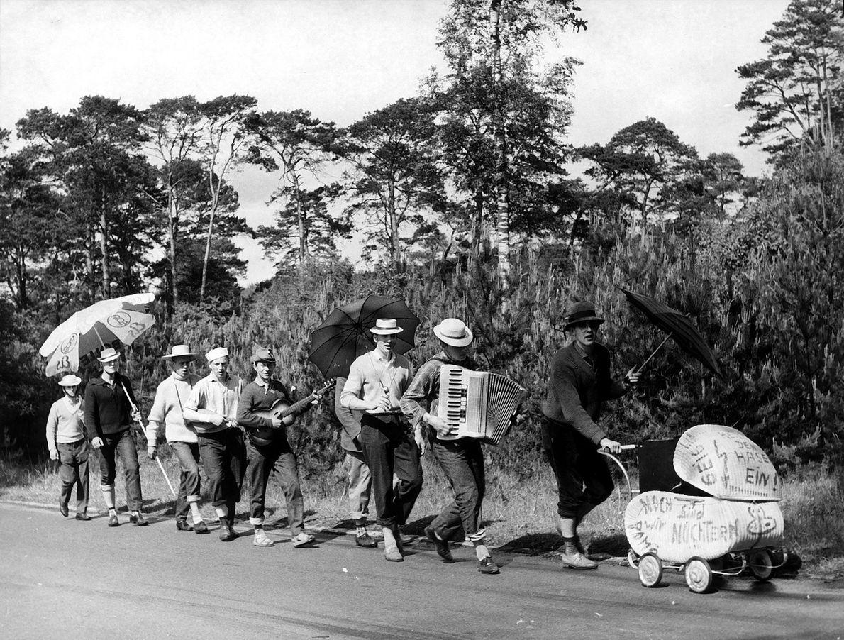 Vatertagsausflug in typischem Outfit 1960.