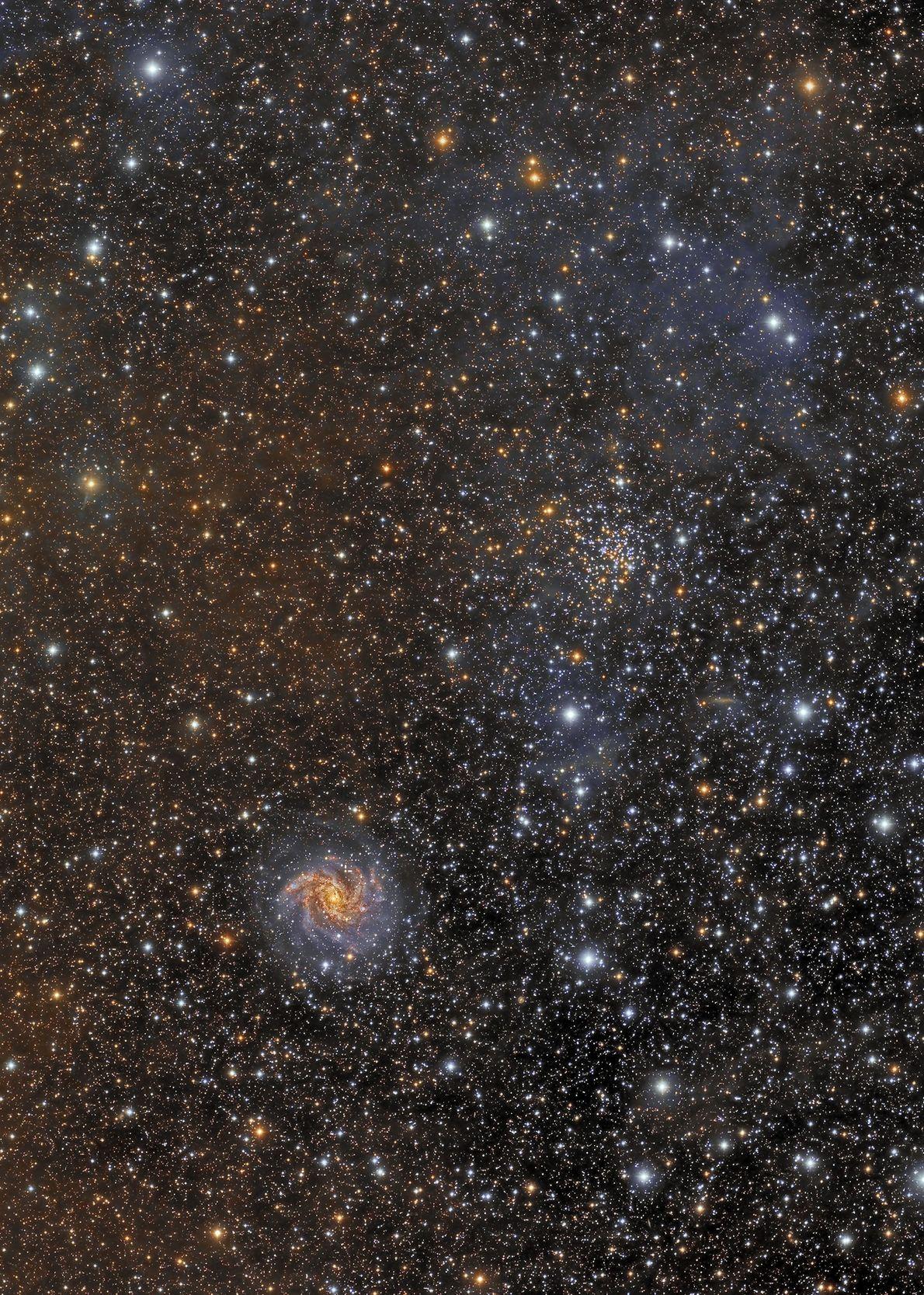 Auf diesem Bild ist die große Vielfalt der sichtbaren Himmelsobjekte am Nachthimmel erkennbar. Zu sehen sind ...