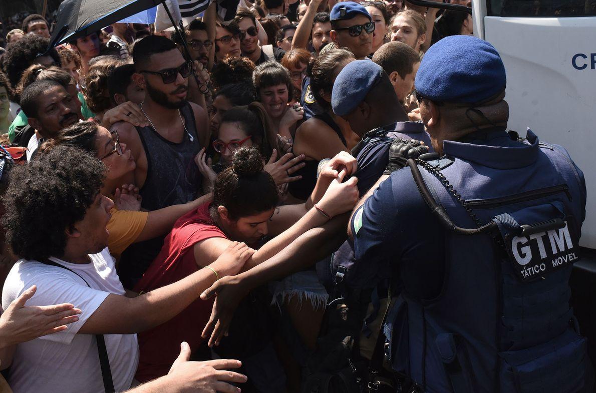 Demonstrierende Studenten vor dem Nationalmuseum. Nach dem Feuer gab eslaute Proteste in ganz Rio de Janeiro, ...