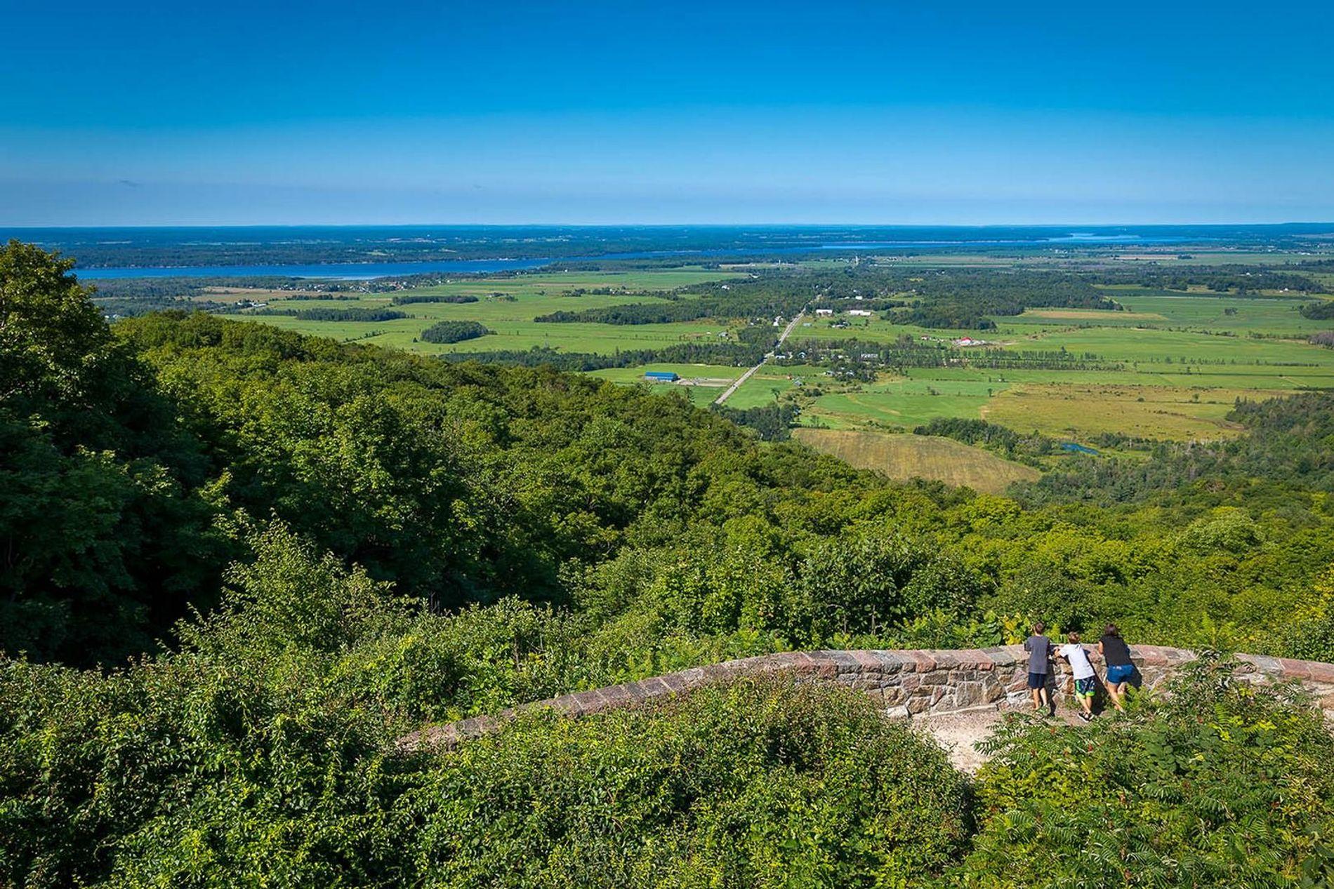 Der beliebteste Aussichtspunkt im Gatineau Park ist der Champlain Lookout auf dem Eardley Escarpment direkt am ...