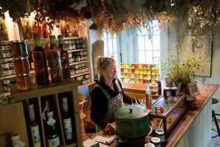 Beverly McClare begrüßt Gäste in ihrem Laden The Tangled Garden. Dort verkauft sie Kräuterliköre und -gelees.