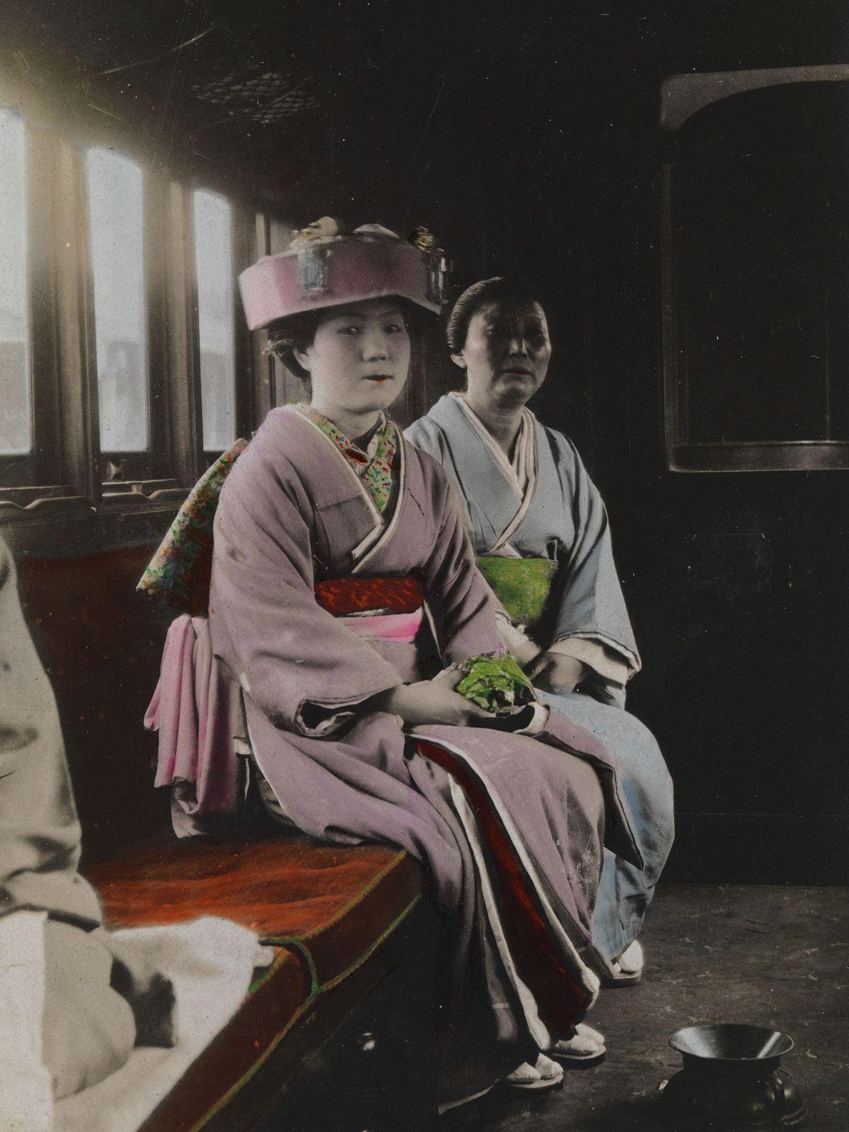 Japanische Braut und Mutter im Zug