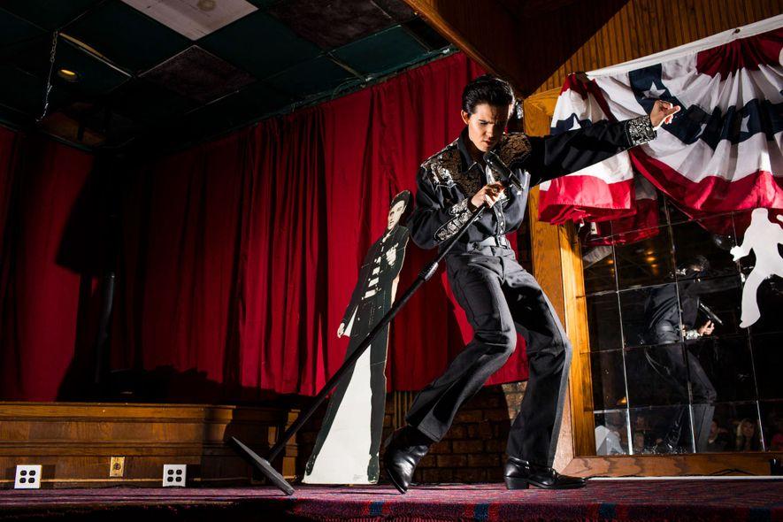 Der Elvis Tribute Artist Riley Jenkins, 15, bei seinem Auftritt bei Mary Jo's Elvis Rockin' Oldies im Magnuson Hotel.