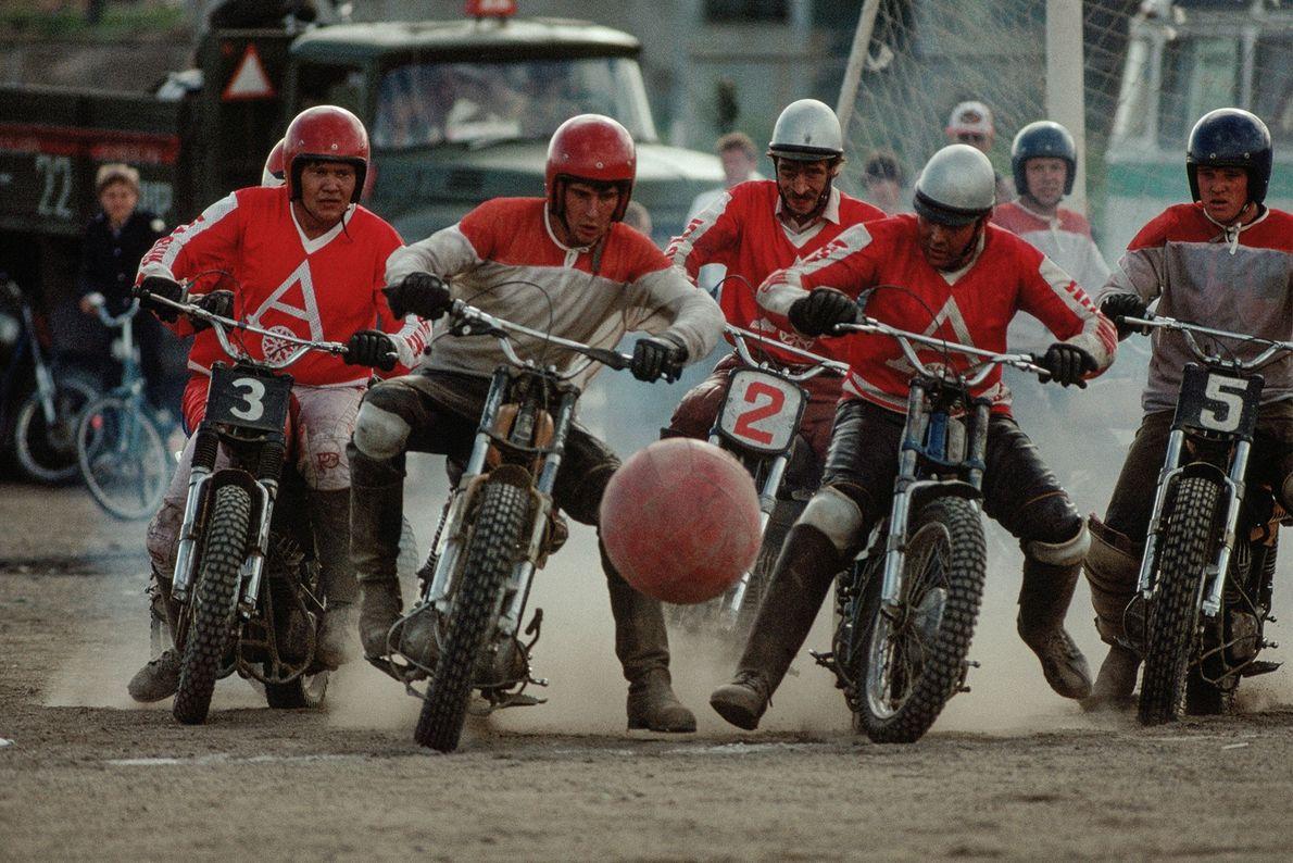 In Sibirien spielen Männer auf Motorrädern Motoball. Der Sport hat seine Wurzeln in Fußball, Polo und ...