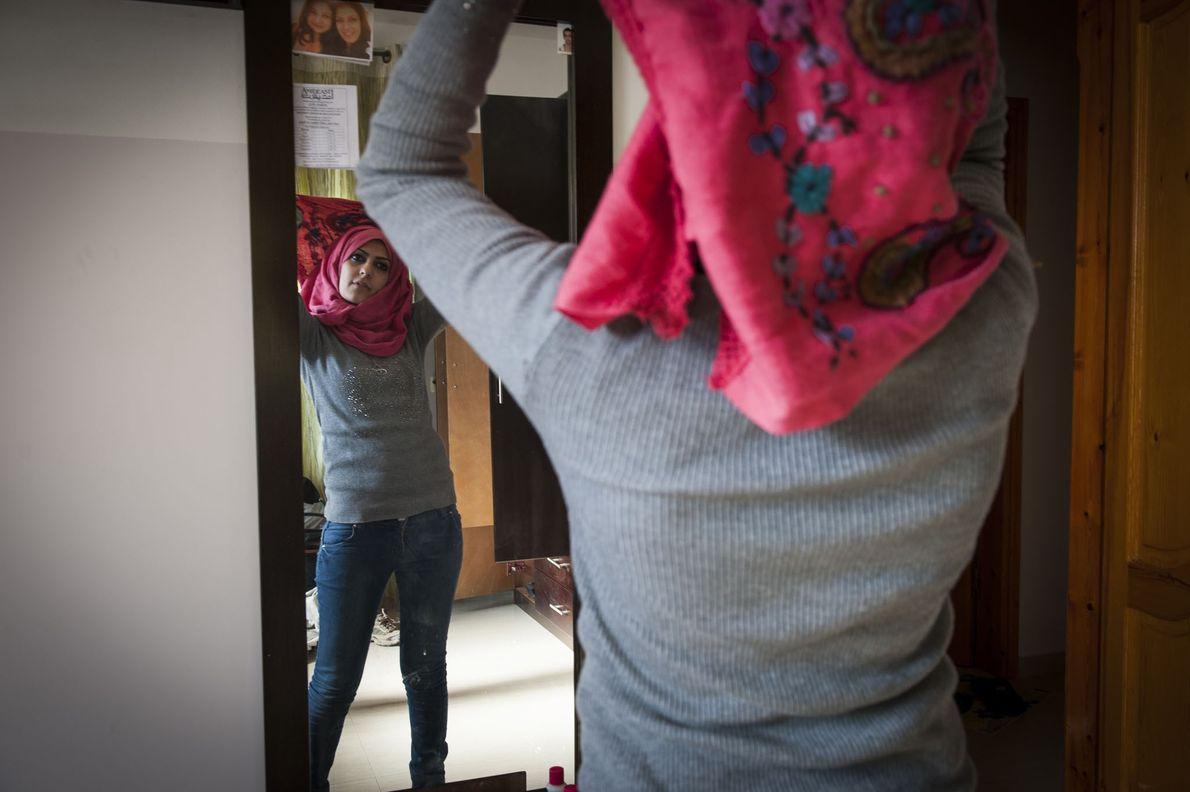 Mädchen zieht Kopftuch an