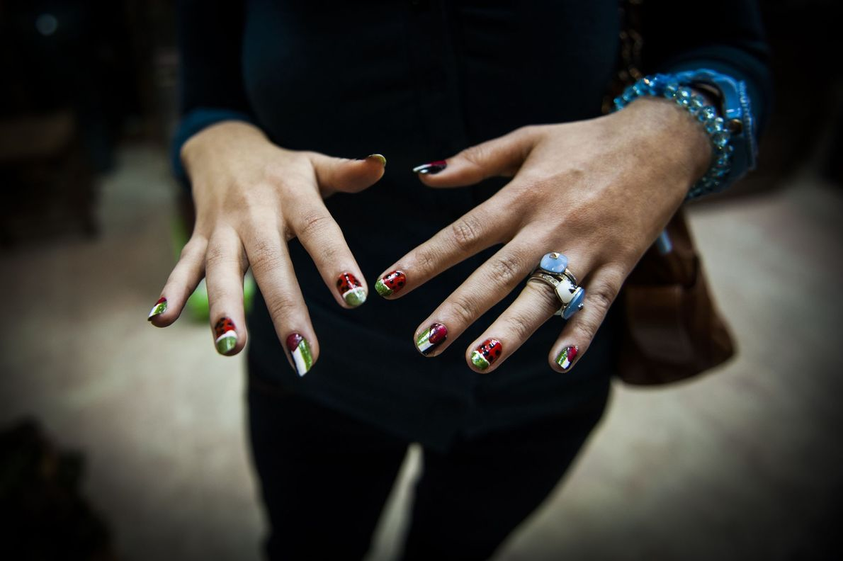 Hände und lackierte Nägel