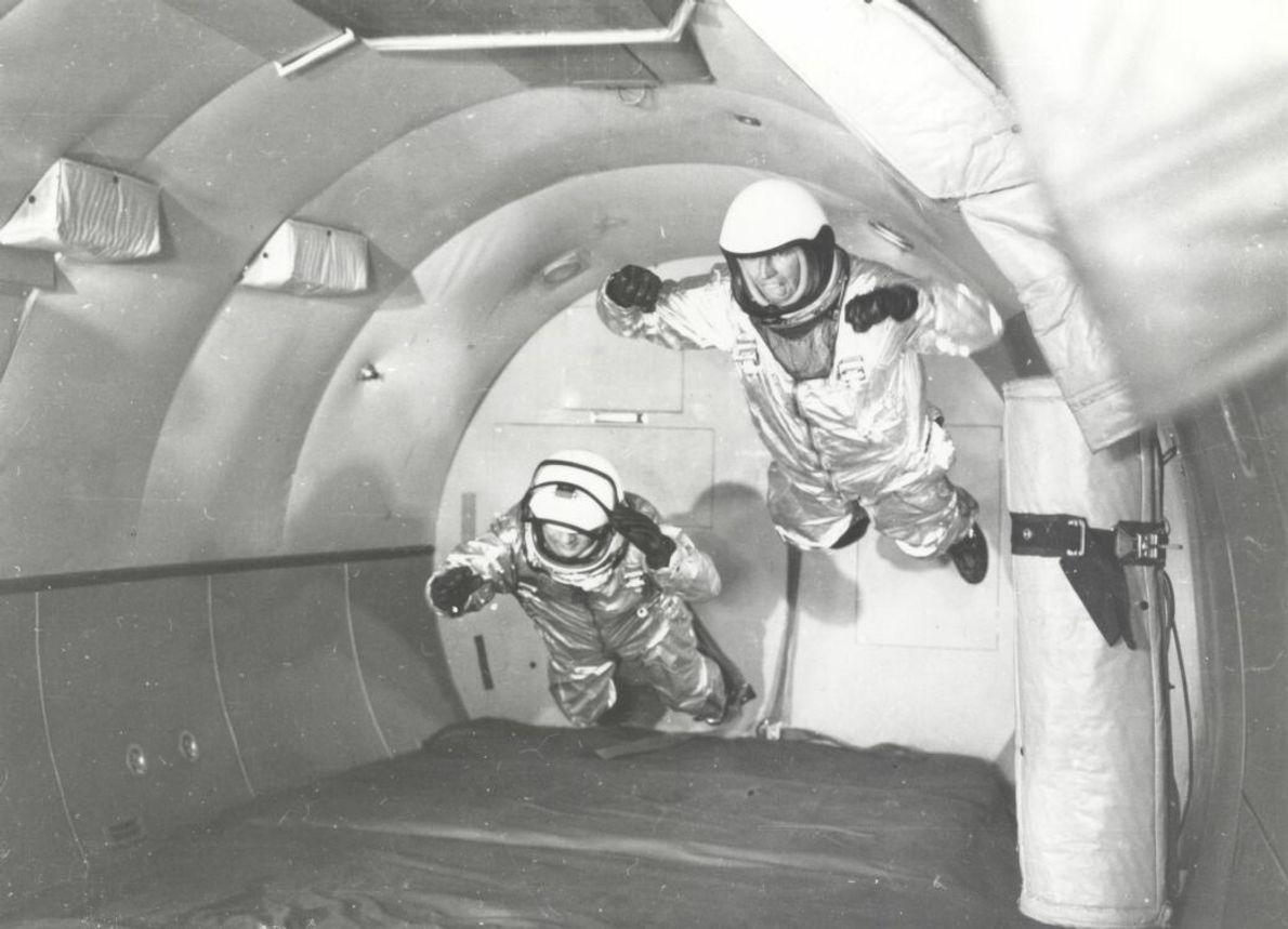 Astronauten in einem simulierten schwerelosen Flug in einem Flugzeug vom Typ C-131 über dem Wright Air ...
