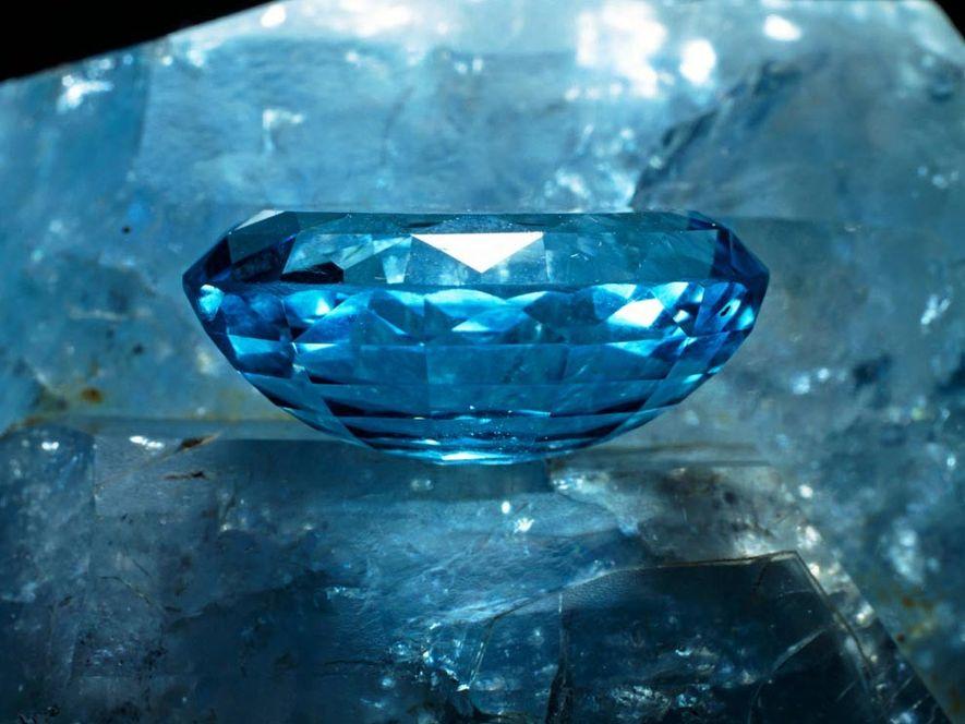 Dieser geschliffene Topas erstrahlt in hellem Blau, aber das Mineral kommt auch farblos oder in Gelb ...