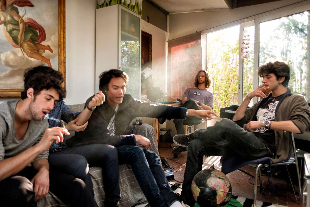 Eine Gruppe von Freunden raucht Marihuana