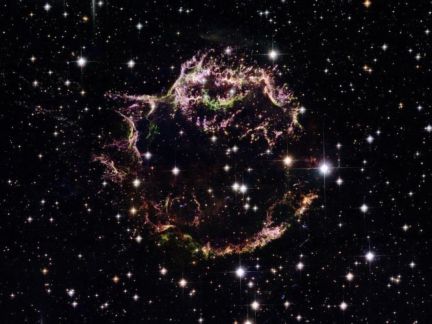 Auf diesem Bild des Hubble-Weltraumteleskops kann man die ausgefransten Überreste der Supernova Cassiopeia A erkennen. Das ...