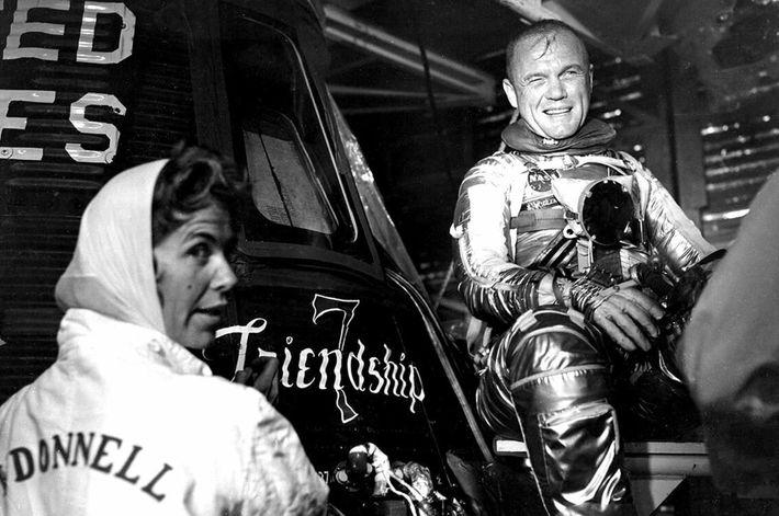 """Die Chrysler-Aerospace-Künstlerin Cecelia Bibby malt den Schriftzug """"Friendship 7"""" auf die Mercury-Kapsel des NASA-Astronauten John Glenn. ..."""