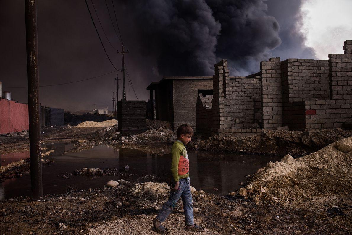 Ein Junge in der irakischen Stadt Qayyarah