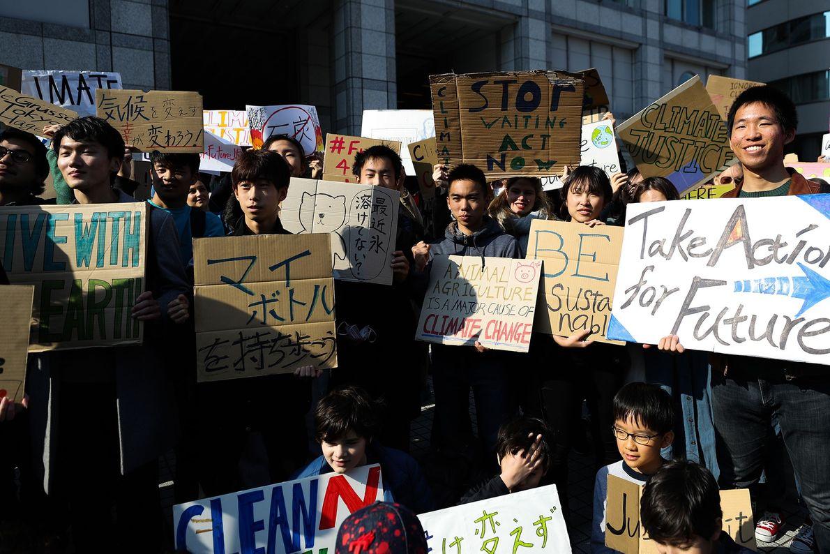 Teilnehmer einer #FridaysForFuture-Demonstration versammeln sich in Tokio vor dem Demobeginn.