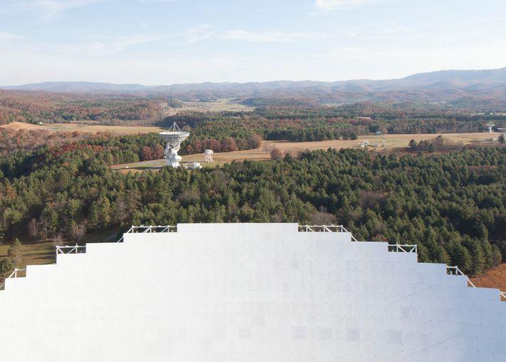 Ein Blick über den Rand der Hauptschlüssel des Green Bank Telescope offenbart die anderen Radioteleskope der ...