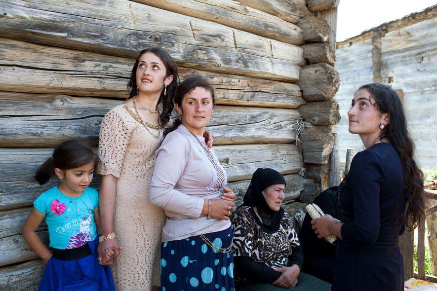 Frauen und Mädchen legen eine Pause von den Verlobungsfeierlichkeiten in Adscharien ein.