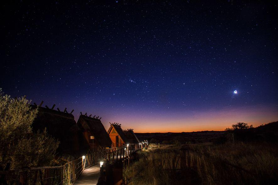 Der Ae-Hai Kalahari Heritage Park bietet Besucherinnen und Besucher neben den dunkelsten Orten der Welt die ...