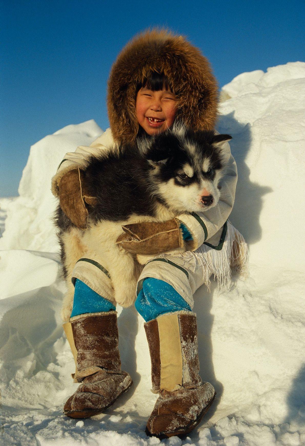 Caribou Mädchen mit Kanadischem Eskimohund
