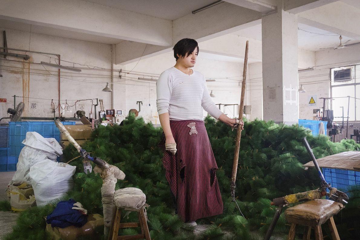 Person zwischen Weihnachtsbäumen