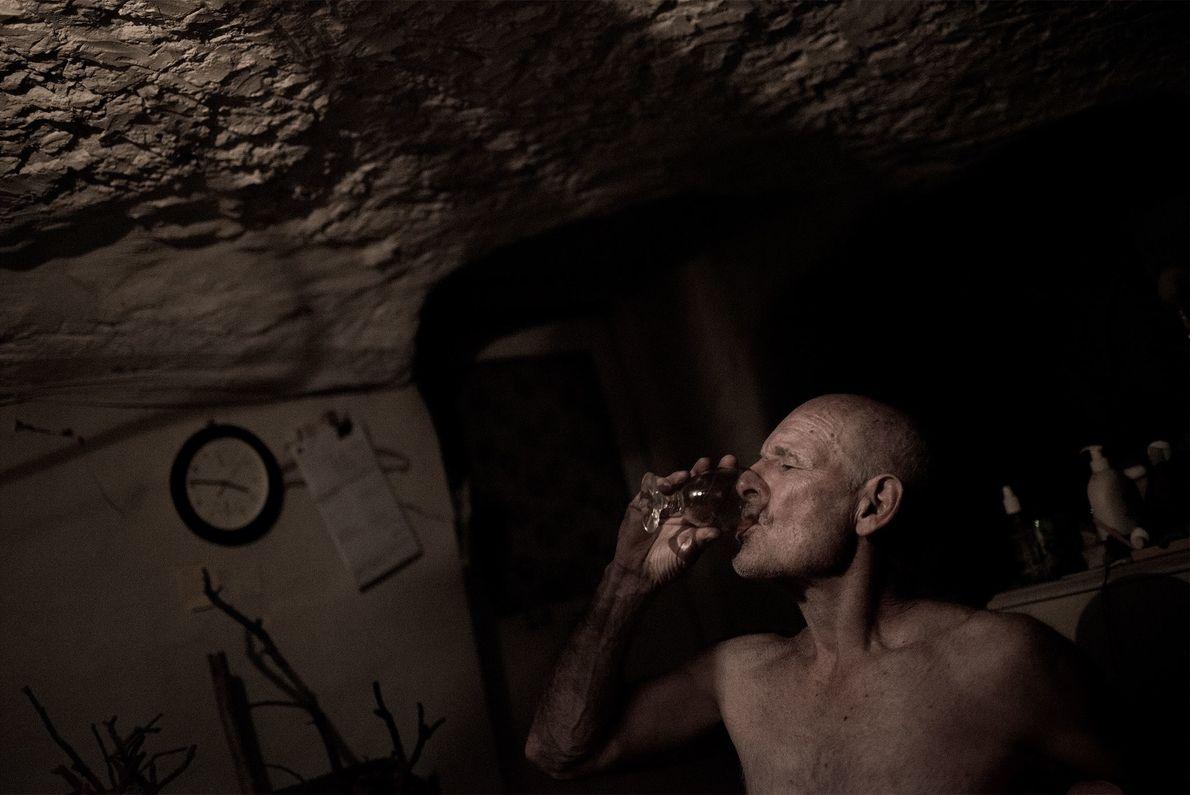 Joe Rossetto, ein italienischer Migrant, lebt im Untergrund und betreibt ein unterirdisches Museum, das seine private ...