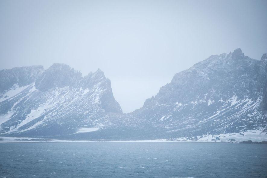 Das Landschaftsmerkmal namens Neptune's Window von der Caldera aus betrachtet. An dieser Stelle will der Erforscher Nathaniel Palmer 1820 zum ersten Mal die Antarktische Halbinsel gesehen haben.
